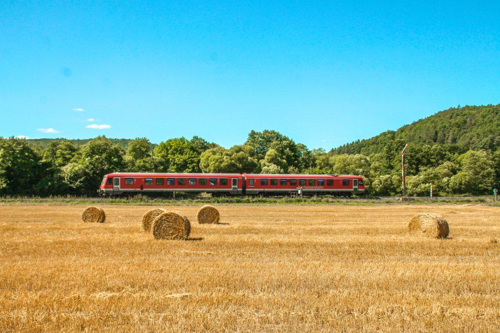 Ein 628 am Einfahrsignal von Buchenau auf der oberen Lahntalbahn, aufgenommen am 17.08.2016.