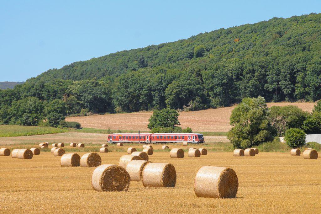 Ein 628 im Feld bei Caldern auf der oberen Lahntalbahn, aufgenommen am 17.08.2016.