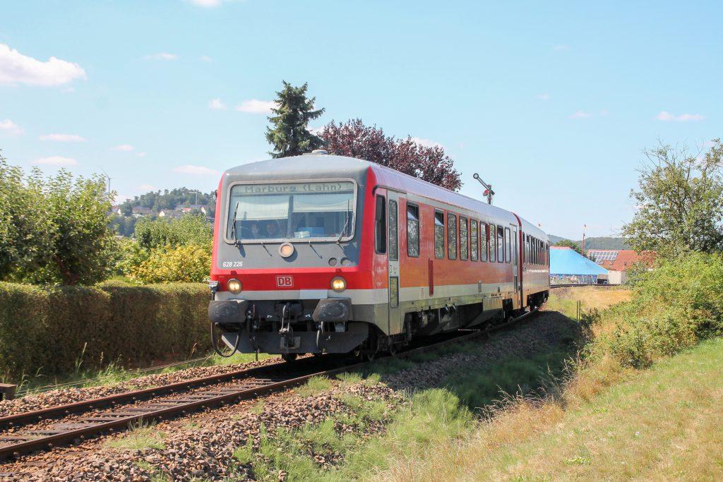 628 226 fährt in den Bahnhof Sarnau auf der oberen Lahntalbahn ein, aufgenommen am 17.08.2016.