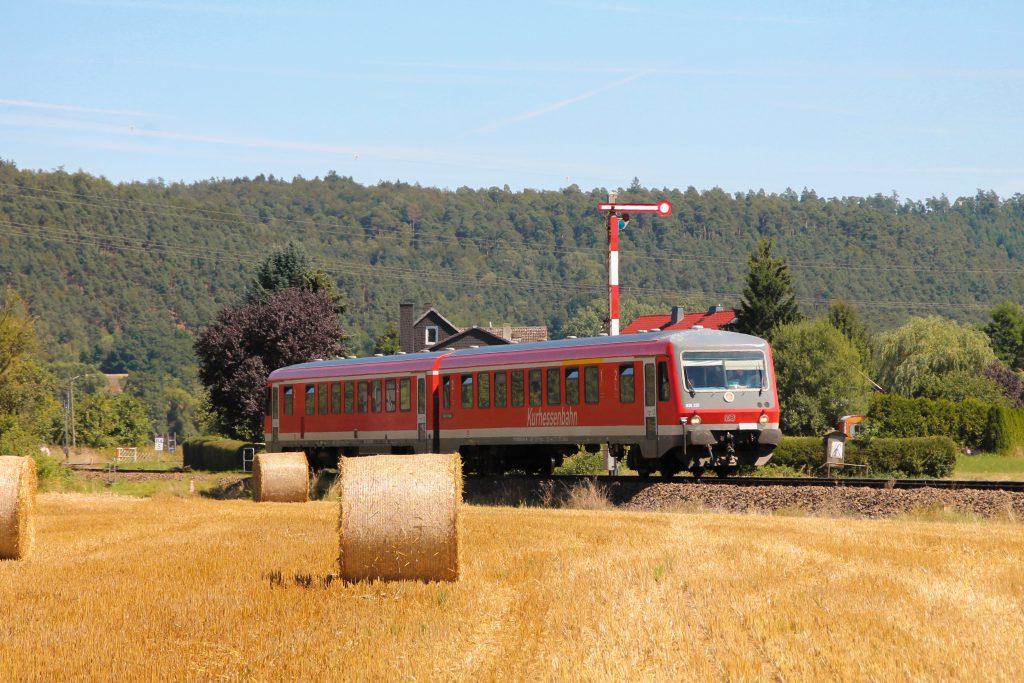 628 226 verlässt den Bahnhof Sarnau auf der oberen Lahntalbahn, aufgenommen am 17.08.2016.