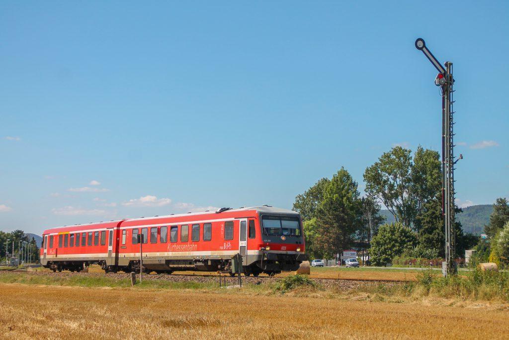 628 235 kurz vor dem Einfahrsignal von Sarnau, aufgenommen am 17.08.2016.