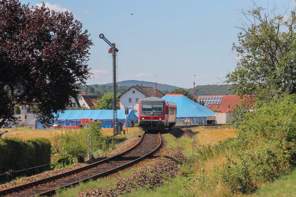 628 226 zwischen einem Zirkus und dem Einfahrsignal Sarnau auf der oberen Lahntalbahn, aufgenommen am 17.08.2016.