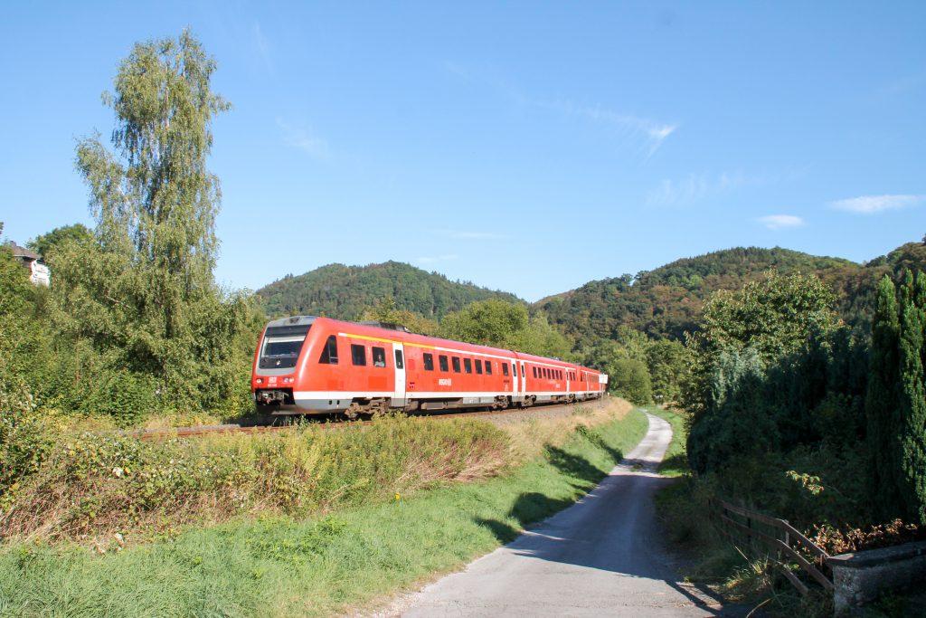 612 046 bei Beringhausen auf der oberen Ruhrtalbahn, aufgenommen am 26.09.2016.