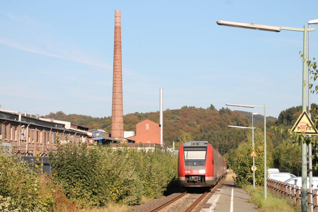 612 048 an einer Fabrik in Hoppecke auf der oberen Ruhrtalbahn, aufgenommen am 26.09.2016.