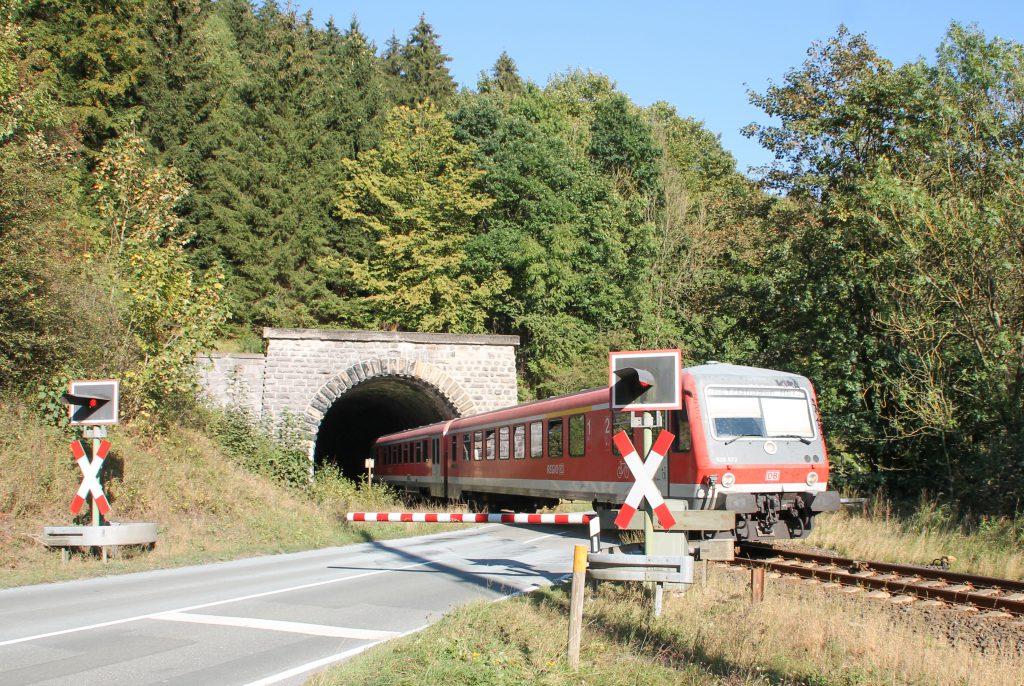 628 672 verlässt den Messinghäuser Tunnel auf der oberen Ruhrtalbahn, aufgenommen am 26.09.2016.
