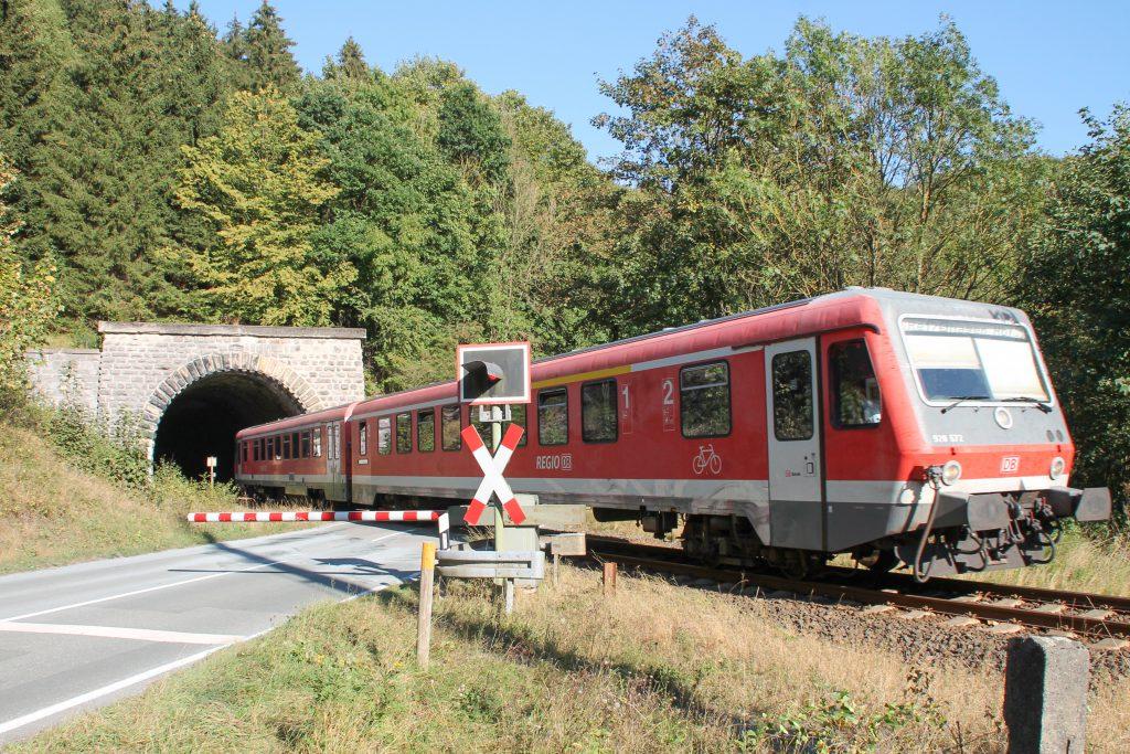 628 672 am den Messinghäuser Tunnel auf der oberen Ruhrtalbahn, aufgenommen am 26.09.2016.