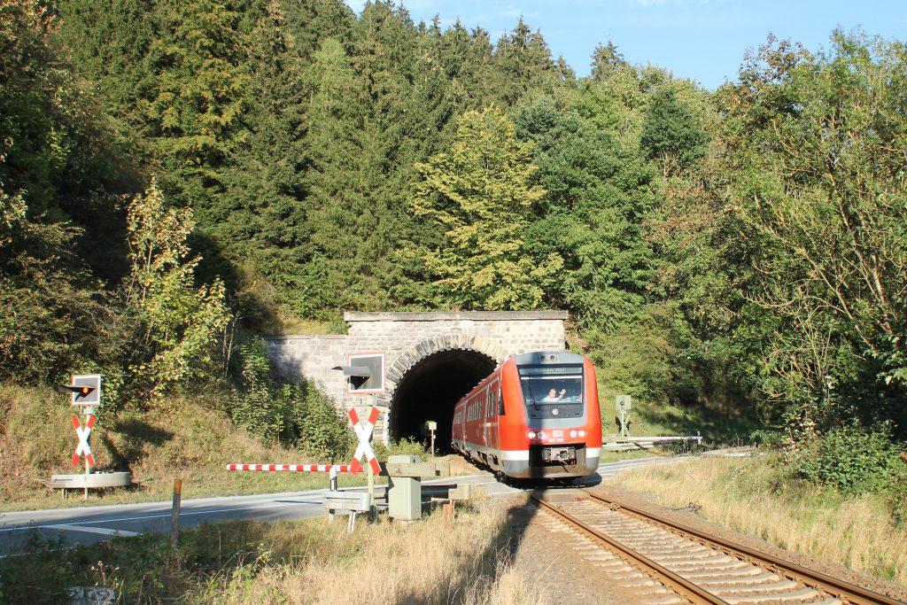 612 578 verlässt den Messinghäuser Tunnel auf der oberen Ruhrtalbahn, aufgenommen am 26.09.2016.