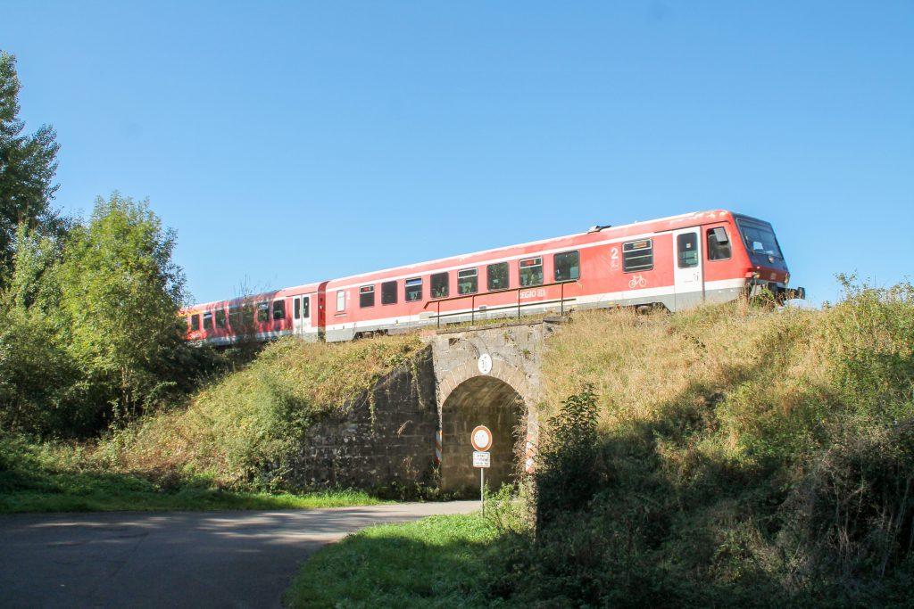 628 672 auf einem Viadukt bei Obermarsberg auf der oberen Ruhrtalbahn, aufgenommen am 26.09.2016.