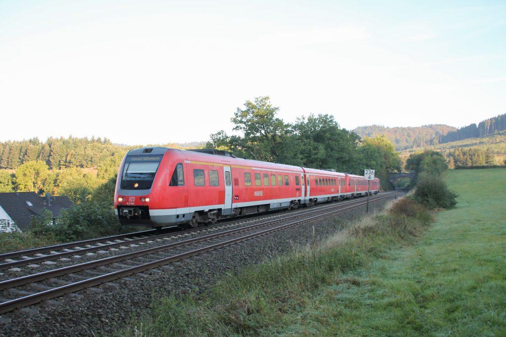 612 042 mit noch einem weiteren 612 bei Ohlsberg auf der oberen Ruhrtalbahn, aufgenommen am 26.09.2016.