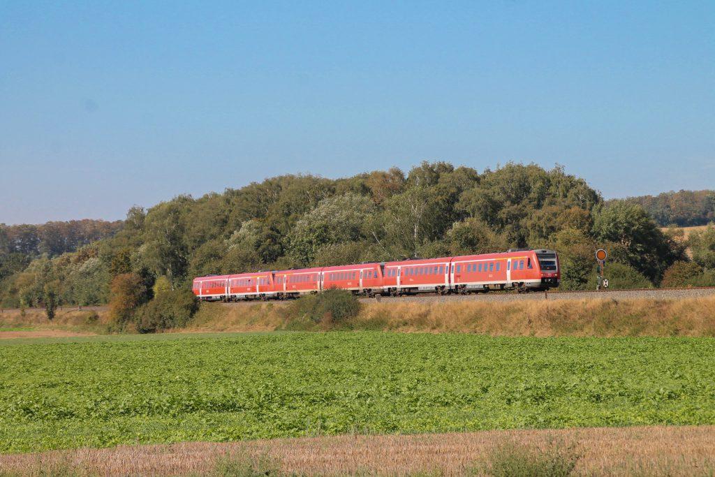 Drei 612 am Einfahrvorsignal von Scherfede auf der oberen Ruhrtalbahn, aufgenommen am 26.09.2016.