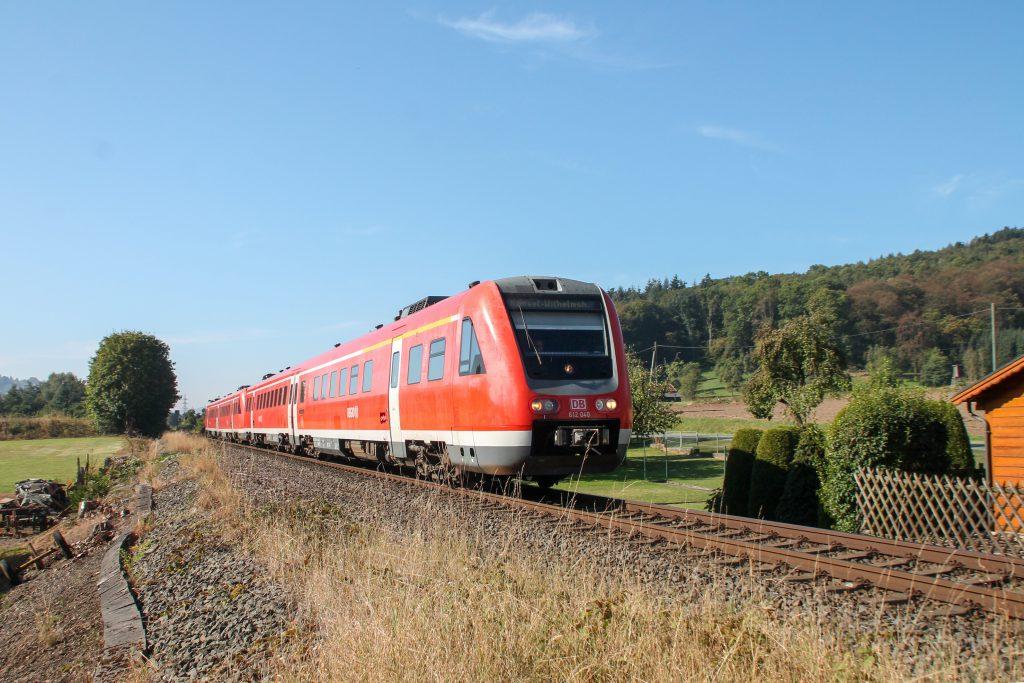 612 040 mit einem weiteren 612 bei Westheim auf der oberen Ruhrtalbahn, aufgenommen am 26.09.2016.