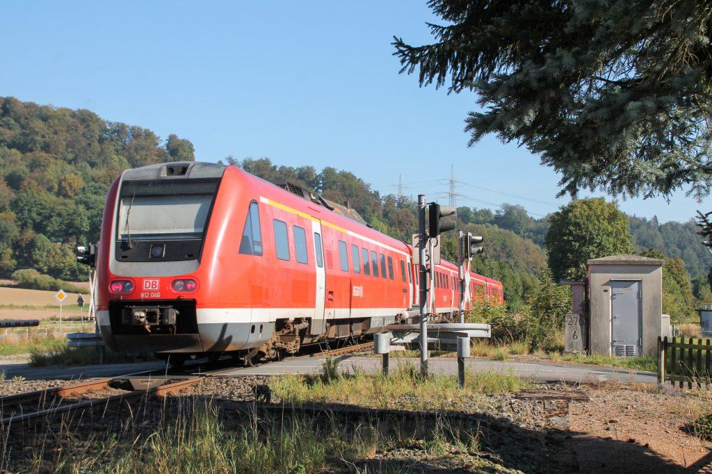 612 046 und 612 040 an einem Bahnübergang bei Westheim auf der oberen Ruhrtalbahn, aufgenommen am 26.09.2016.