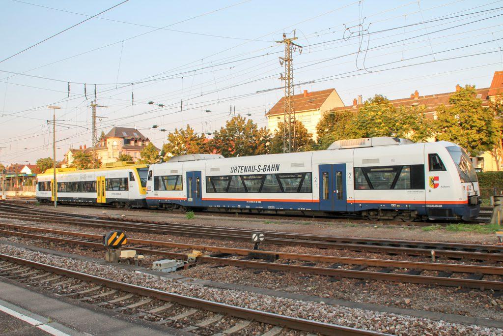 650 572 und 650 575 der SWEG stehen im Bahnhof Offenburg, aufgenommen am 10.09.2016.