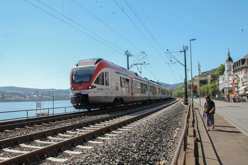 Ein FLIRT der VIAS durcheilt Rüdesheim auf der rechten Rheinstrecke, aufgenommen am 25.08.2016.