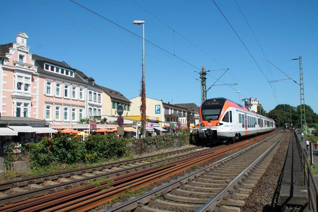 Ein FLIRT der VIAS in Rüdesheim auf der rechten Rheinstrecke, aufgenommen am 25.08.2016.