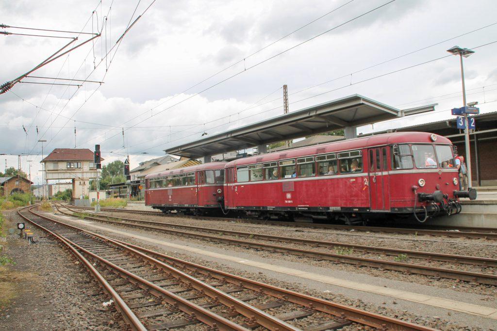 796 802 und 796 690 halten im Bahnhof Kreuztal auf der Ruhr-Sieg-Strecke, aufgenommen am 20.08.2016.