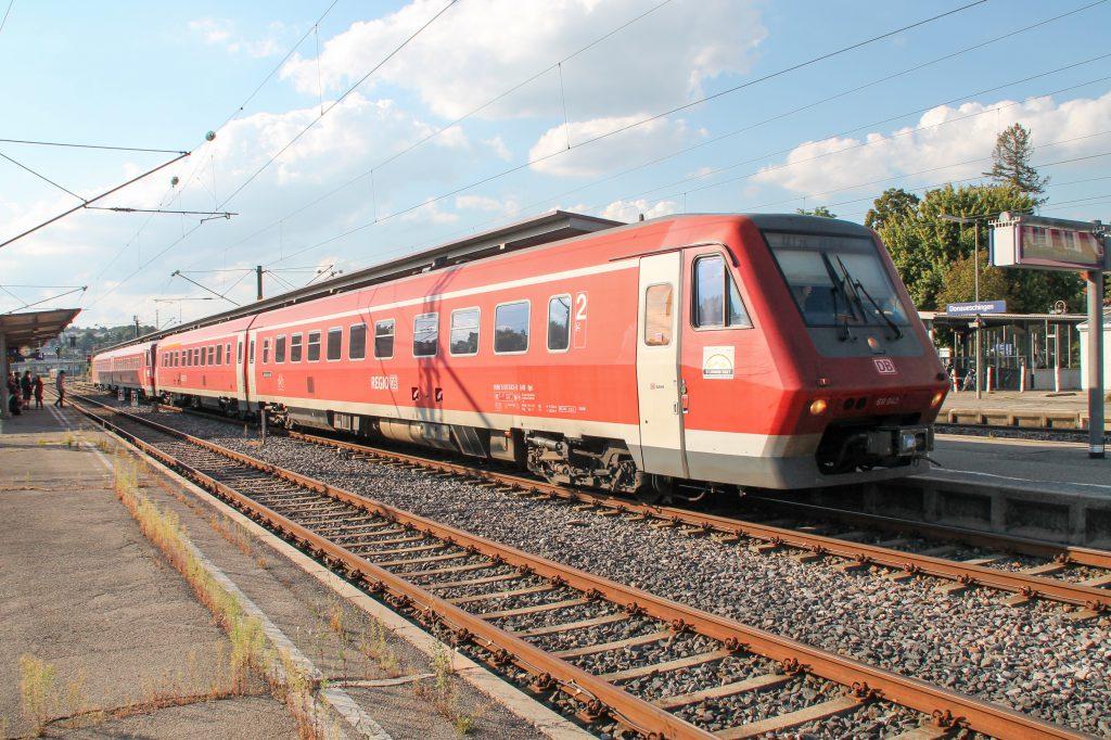 611 043 und ein weiterer 611 warten im Bahnhof Donaueschingen auf der Schwarzwaldbahn, aufgenommen am 10.09.2016.