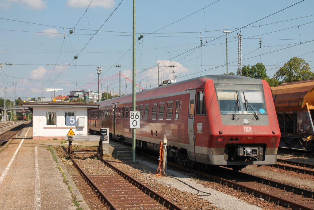 611 016 fährt in den Bahnhof Villingen auf der Schwarzwaldbahn ein, aufgenommen am 10.09.2016.