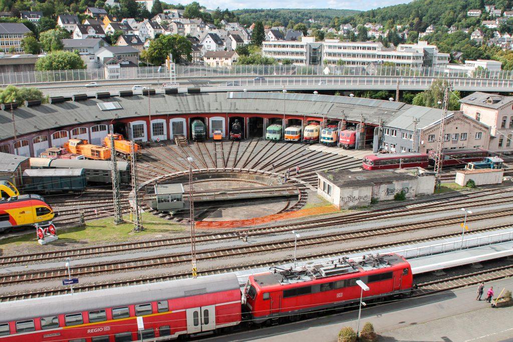 Eine 111 mit einem Zug aus Doppelstockwagen vor dem Bw Siegen, aufgenommen am 20.08.2016.