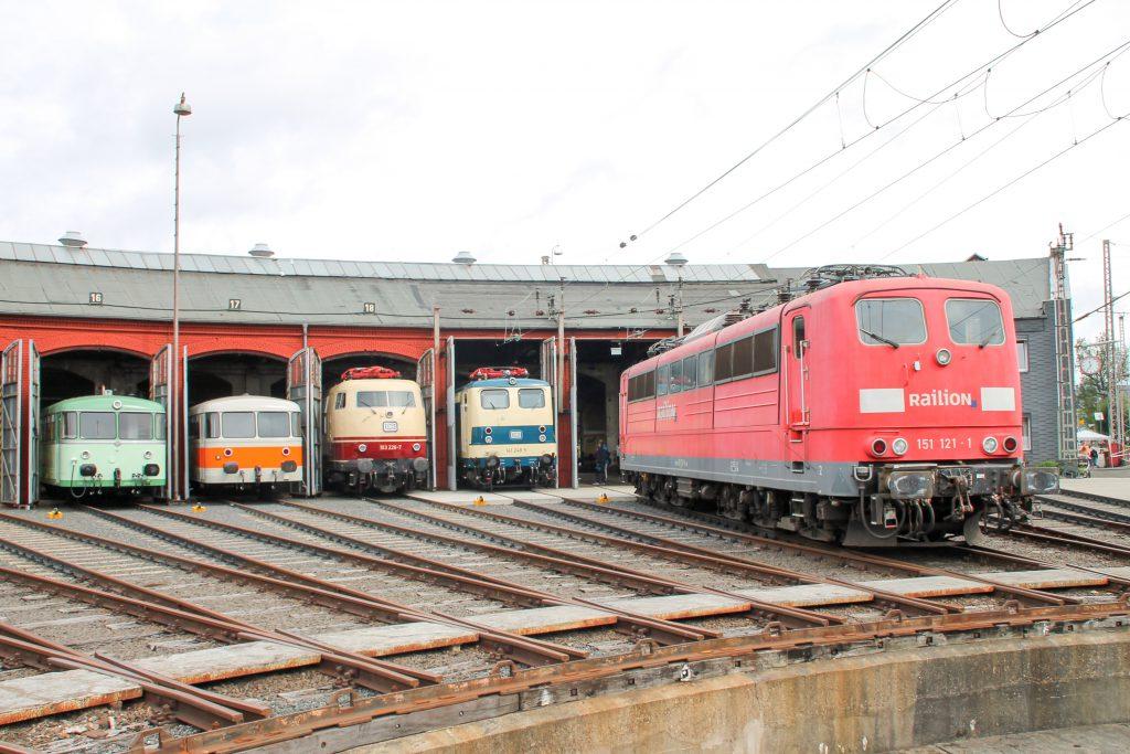 Im Bw Siegen schauen 151 121, 141 148, 103 226, 998 115 sowie ein 798 aus dem Lokschuppen heraus, aufgenommen am 20.08.2016.