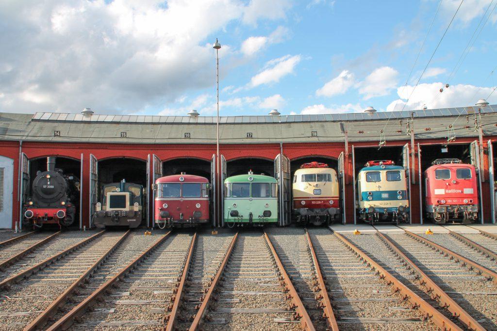 Aus dem Lokschuppen in Siegen schauen 57 3088, 332 090, 796 690, ein 798, 103 226 und 141 248 heraus, aufgenommen am 20.08.2016.