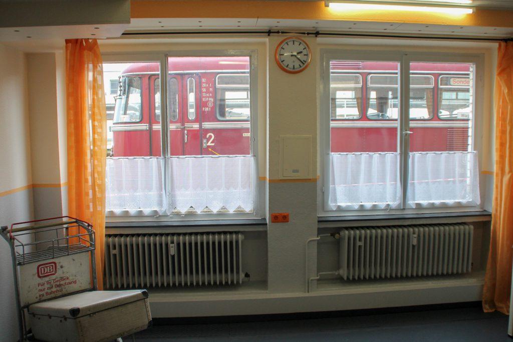 Vor dem Fenster eines Büroraumes im Bw Siegen steht 796 690, aufgenommen am 20.08.2016.