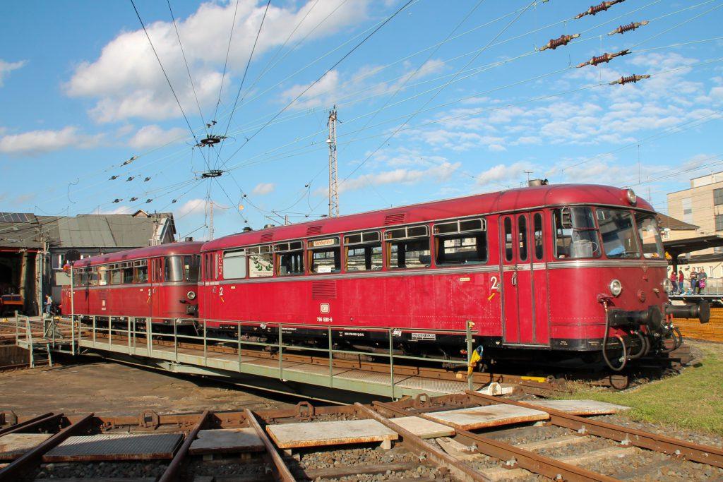 796 690 und 796 802 drehen sich im Bw Siegen auf die Drehscheibe, aufgenommen am 20.08.2016.