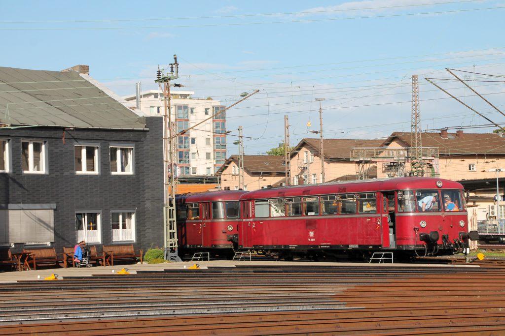Hinter den Strahlengleisen im Bw Siegen stehen 796 690 und 796 802, aufgenommen am 20.08.2016.
