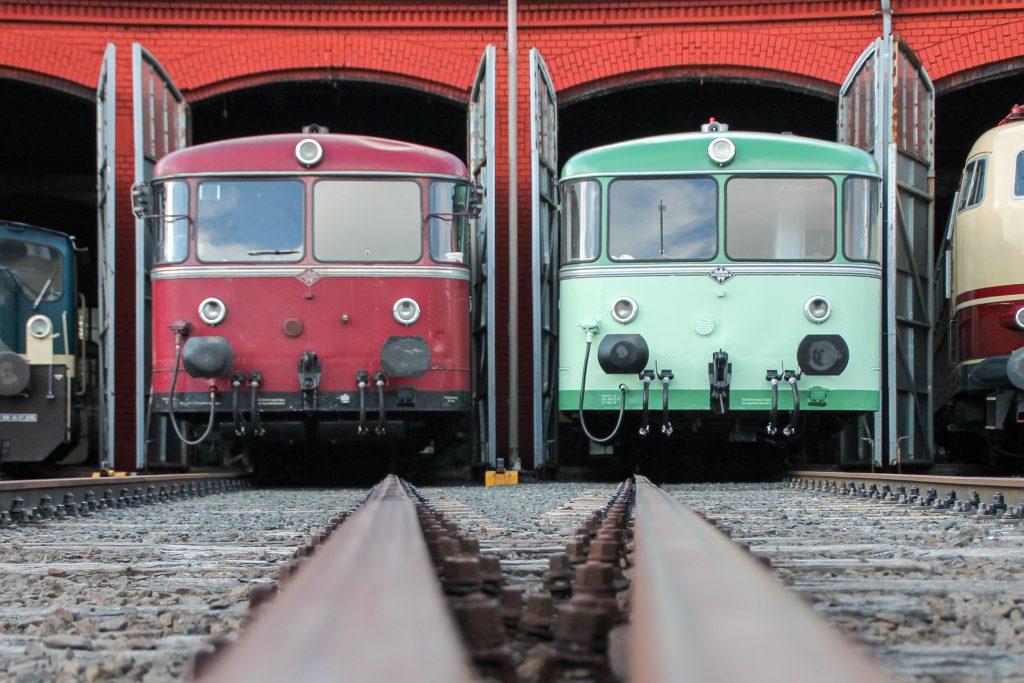 Aus dem Lokschuppen im Bw Siegen schauen 796 690 und ein grüner 798 heraus, aufgenommen am 20.08.2016.