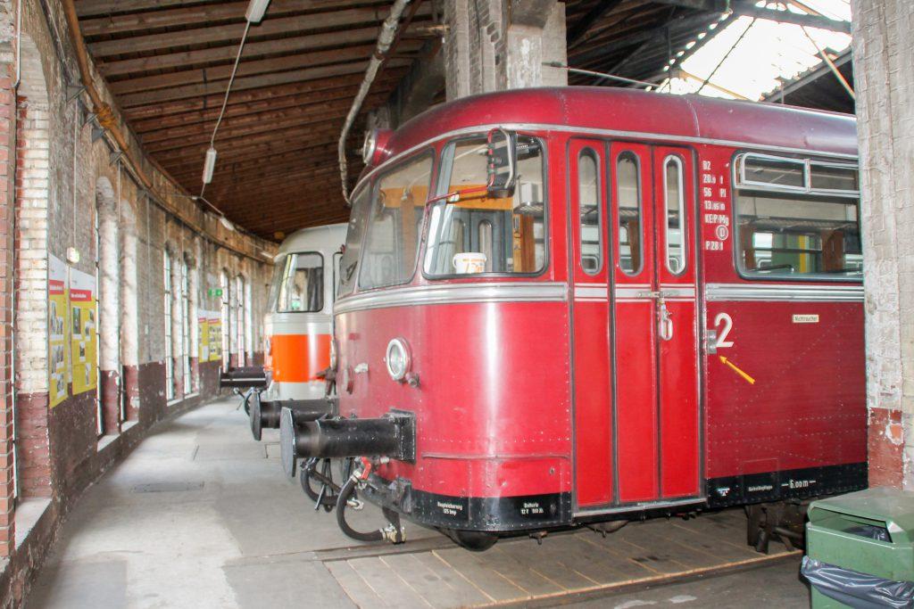 Im Lokschuppen im Bw Siegen stehen 996 802 und 998 115, aufgenommen am 20.08.2016.