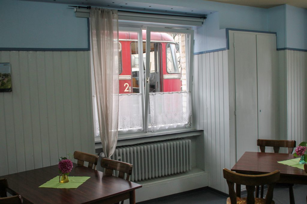 Vor dem Fenster eines Schulungsraumes im Bw Siegen steht 796 802, aufgenommen am 20.08.2016.