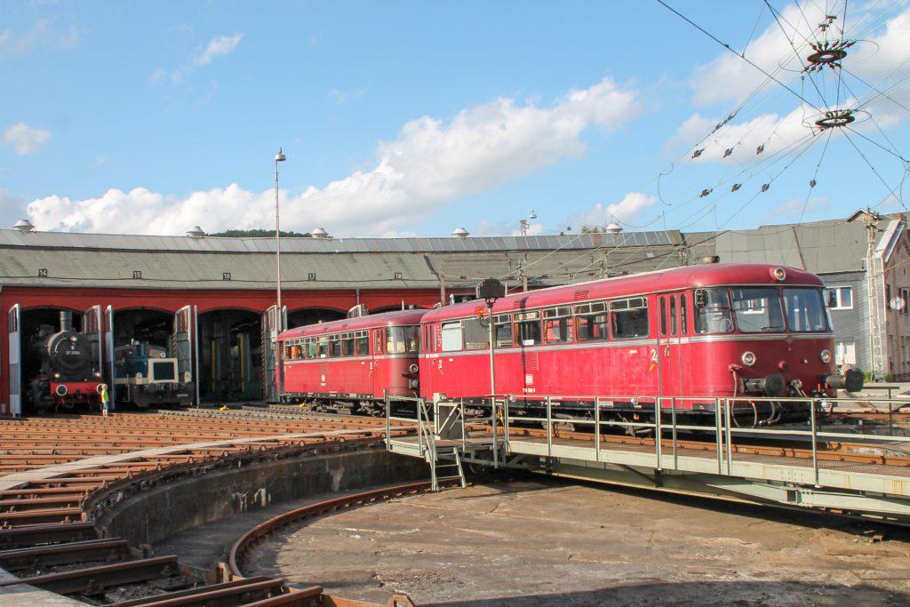 796 690 und 796 802 verschwinden im Bw Siegen im Lokschuppen, aufgenommen am 20.08.2016.