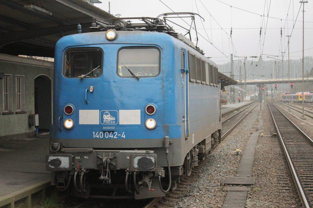 Im Bahnhof Siegen wartet 140 042 der PRESS, aufgenommen am 06.12.2014.