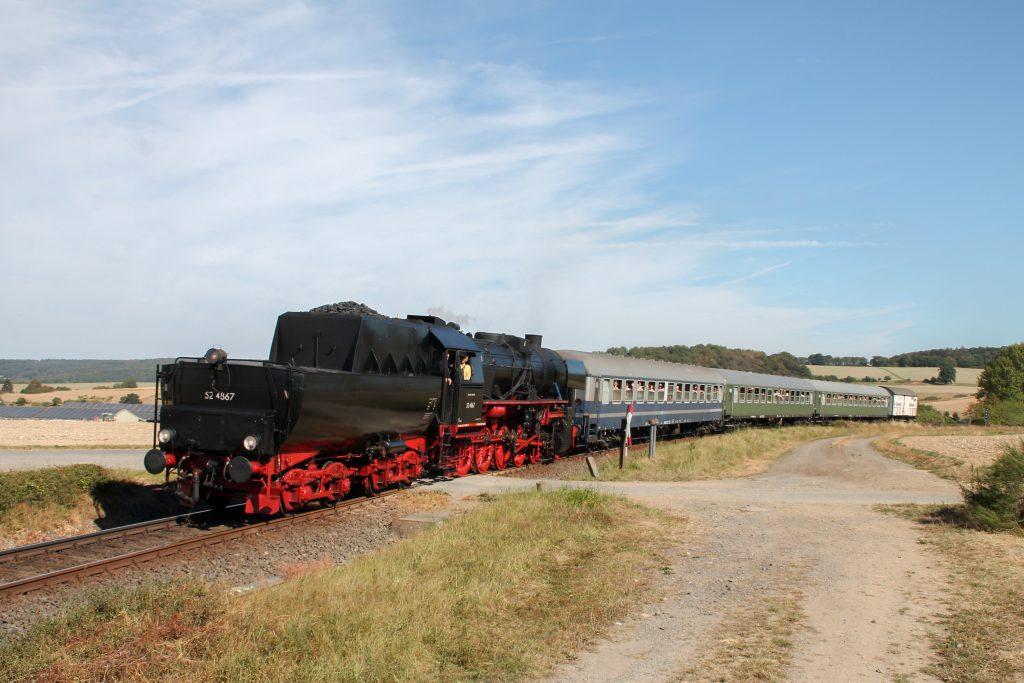 52 4867 am einem unbeschranktem Bahnübergang bei Hundstadt auf der Taunusbahn, aufgenommen am 11.09.2016.