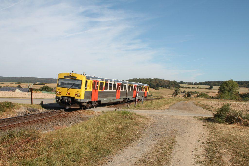 Ein VT2E der HLB am einem unbeschranktem Bahnübergang bei Hundstadt auf der Taunusbahn, aufgenommen am 11.09.2016.