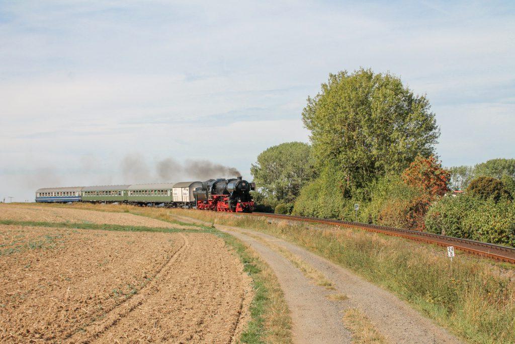52 4867 an einer Pfeiftafel bei Hundstadt auf der Taunusbahn, aufgenommen am 11.09.2016.