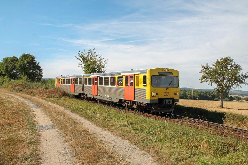 Ein VT2E der HLB bei Hundstadt auf der Taunusbahn, aufgenommen am 11.09.2016.