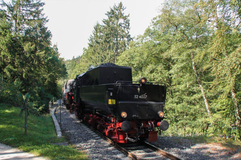 52 4867 im Wald bei Köppern auf der Taunusbahn, aufgenommen am 11.09.2016.