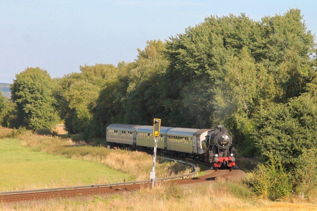 52 4867 vor Neu-Anspach auf der Taunusbahn, aufgenommen am 11.09.2016.