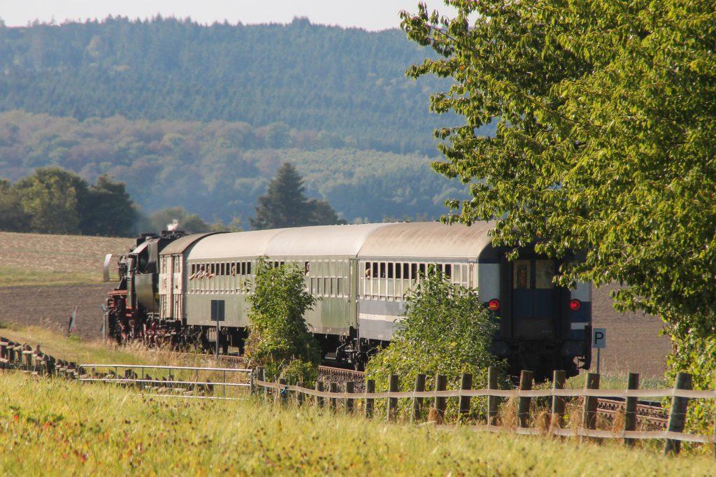 52 4867 mit ihrem Sonderzug bei Neu-Anspach auf der Taunusbahn, aufgenommen am 11.09.2016.