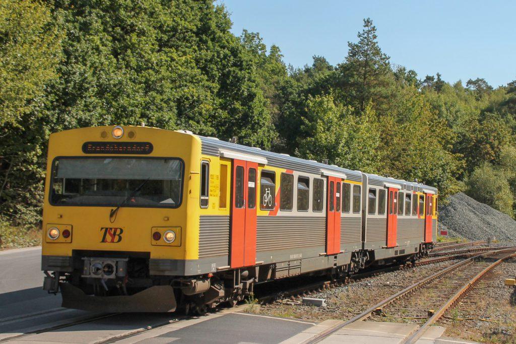 Ein VT2E fährt in den Bahnhof Saalburg auf der Taunusbahn ein, aufgenommen am 11.09.2016.