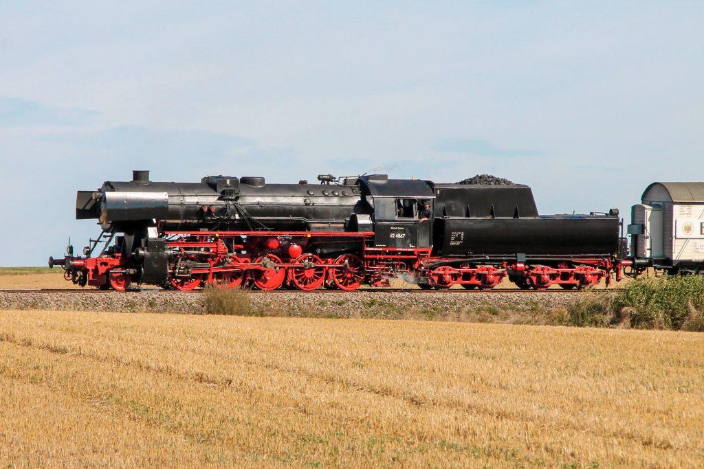 52 4867 am Berg bei Wehrheim auf der Taunusbahn, aufgenommen am 11.09.2016.