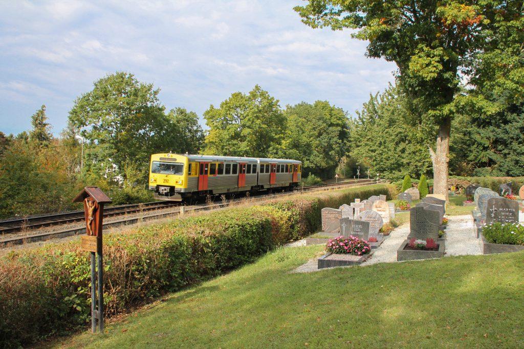 Ein VT2E der HLB am Friedhof in Wilhelmsdorf auf der Taunusbahn, aufgenommen am 10.10.2016.