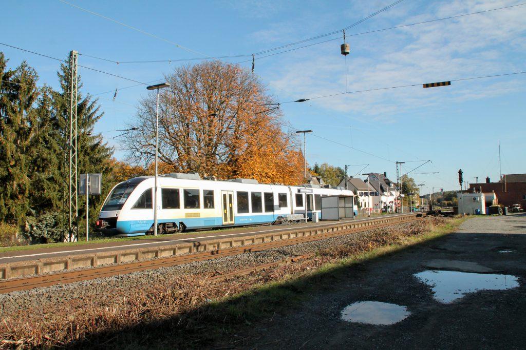 648 296 hält im Auftrag der HLB im Bahnhof Dutenhofen auf der Dillstrecke ein, aufgenommen am 31.10.2016.