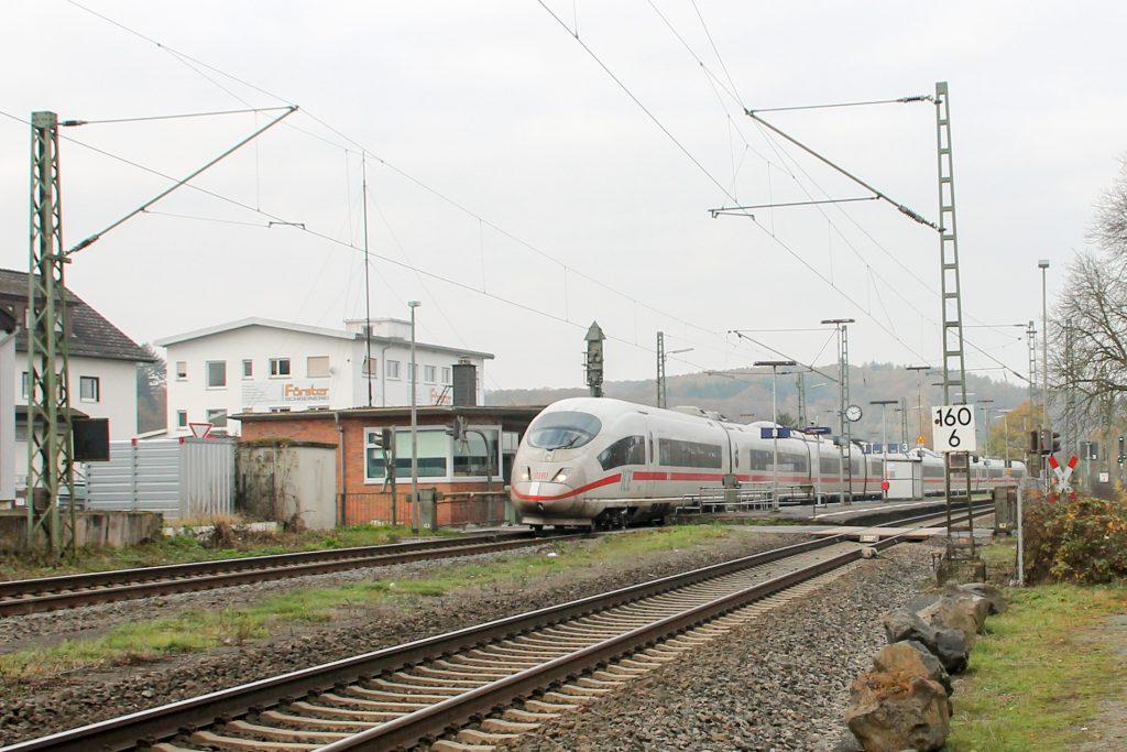 406 003 durchquert den Bahnhof Dutenhofen auf der Dillstrecke, aufgenommen am 12.11.2016.