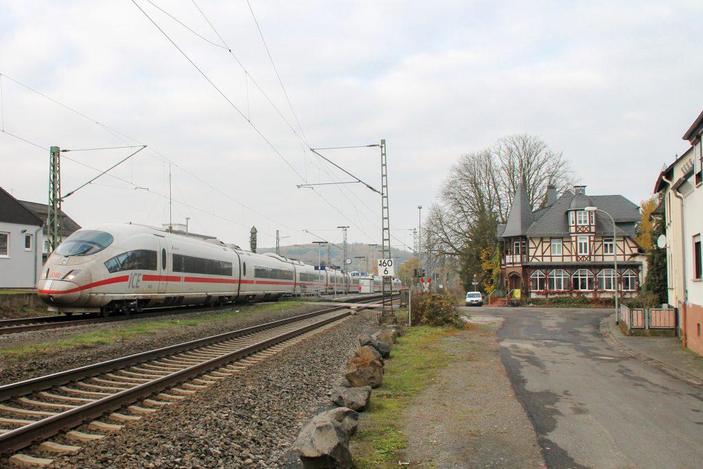 406 003 durchquert Dutenhofen auf der Dillstrecke, aufgenommen am 12.11.2016.