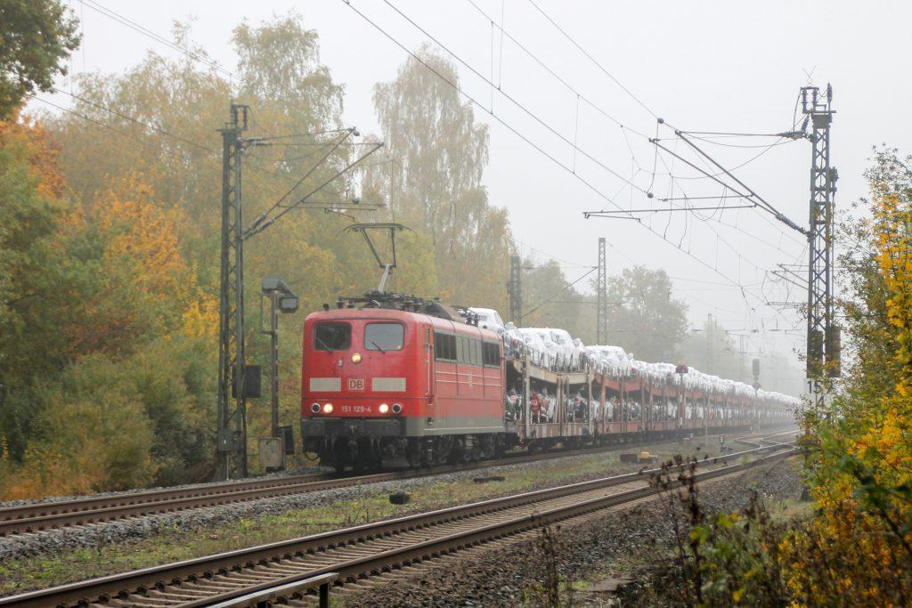 151 129 an einem Vorsignal im Bahnhof Dutenhofen, aufgenommen am 27.10.2016.