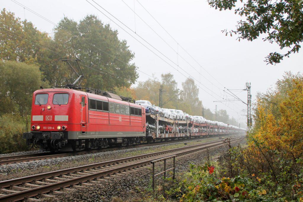 151 129 verlässt mit einem Autozug den Bahnhof Dutenhofen, aufgenommen am 27.10.2016.