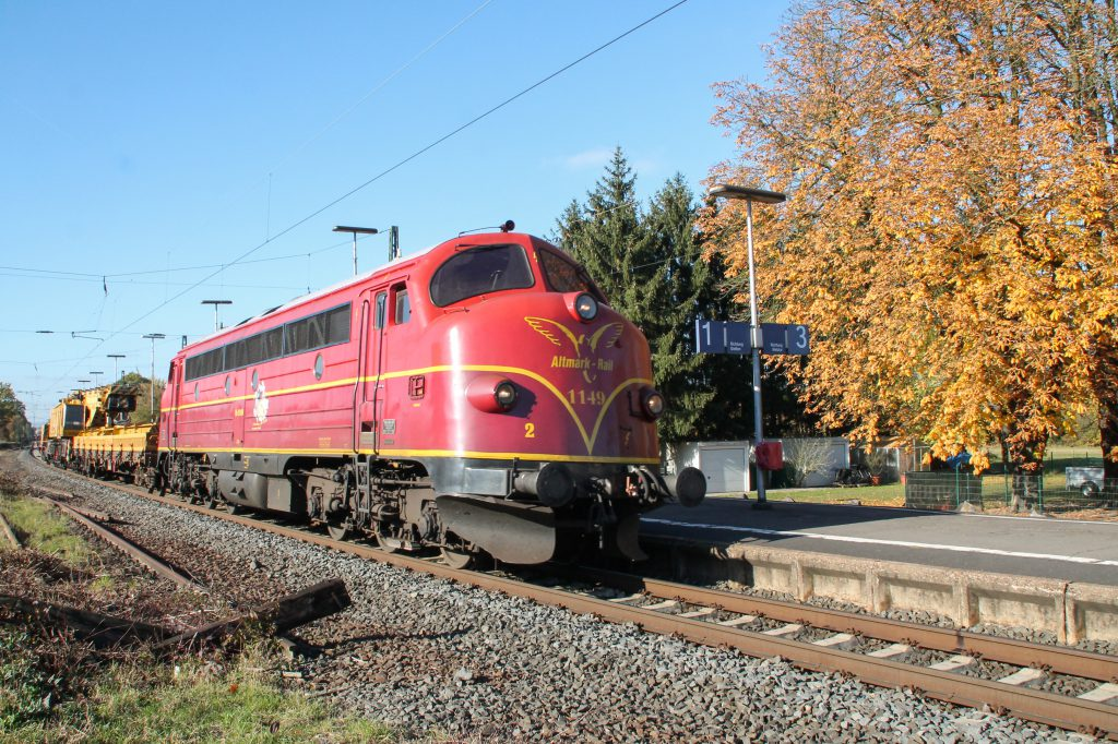 227 008 von Altmark-Rail durchquert den Bahnhof Dutenhofen auf der Dillstrecke, aufgenommen am 31.10.2016.