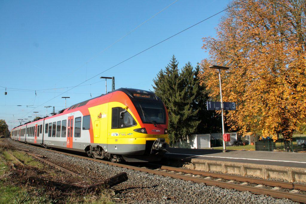 429 042 der HLB durchquert den Bahnhof Dutenhofen auf der Dillstrecke, aufgenommen am 31.10.2016.